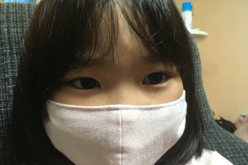 マスク姿の長女